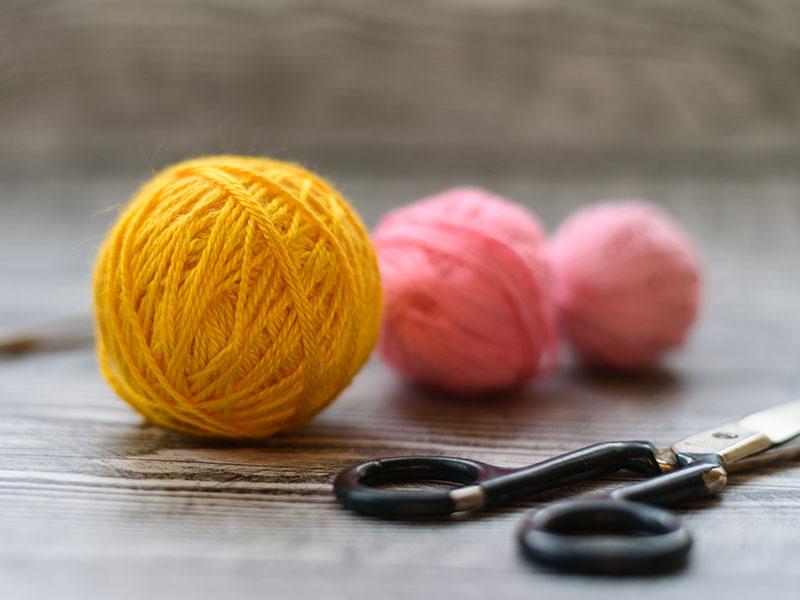 Com materiais simples você pode ganhar dinheiro fazendo crochê